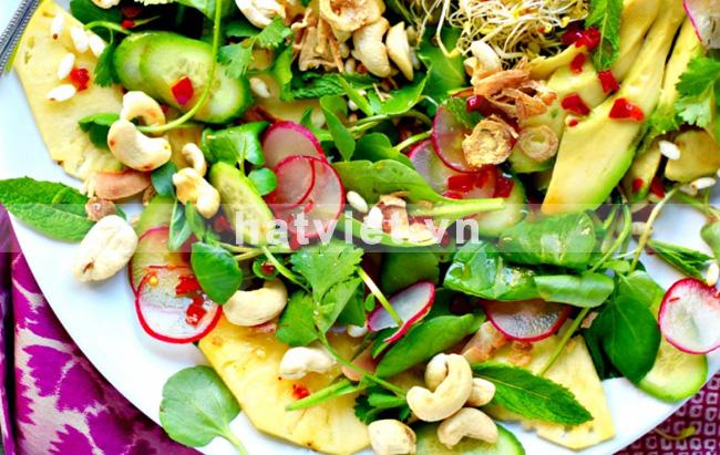 Salad thơm, bơ, hạt điều và các loại rau kiểu Thái