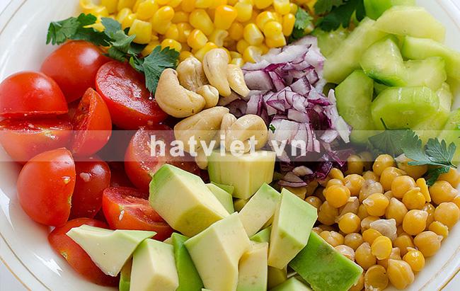 Salad bơ, cà chua, dưa chuột, đậu và hạt điều hoàn hảo