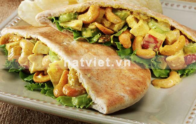 Bánh mì nhân salad cà ri gà với hạt điều lạ miệng