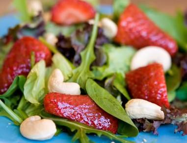 Salad dâu tây và hạt điều