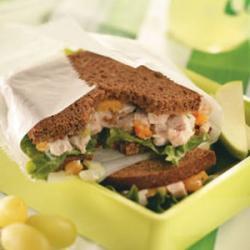 Sandwiches salad gà tây hạt điều