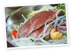 Salad mì, thịt cừu và hạt điều theo phong cách Việt