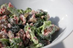 Salad bông cải xanh và hạt điều