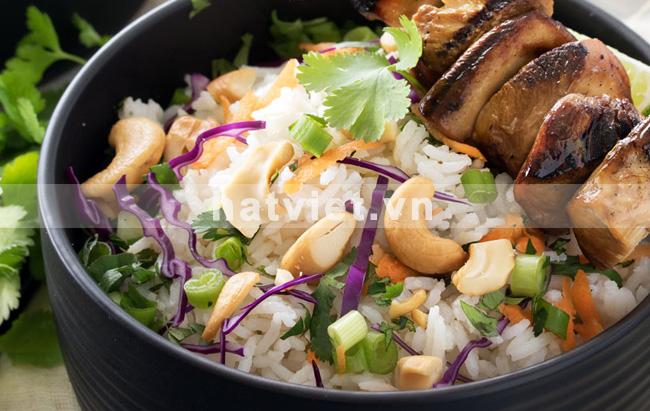 Cơm nấu với hạt điều và dừa