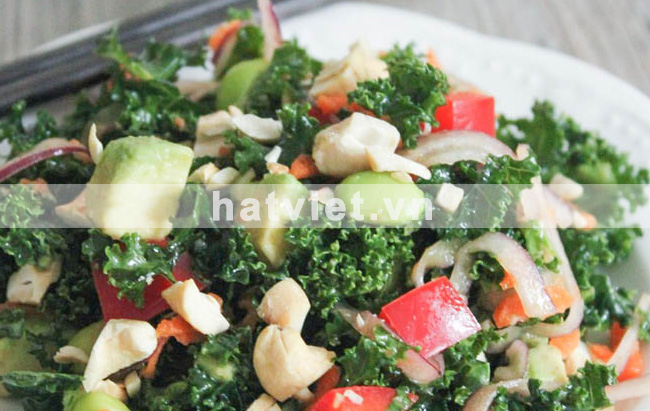 Curly kale and cashew salad