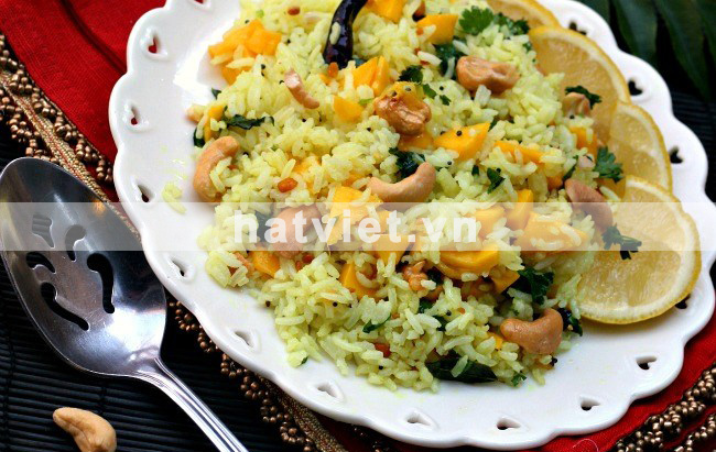 Lemon rice with mango and cashew