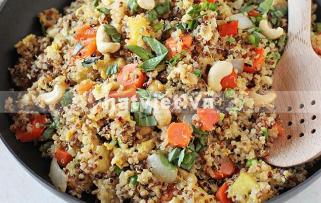 Cơm chiên quinoa, hạt điều và dứa