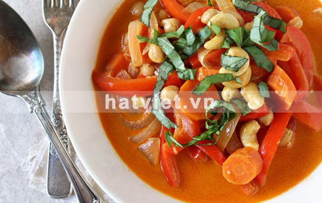 Cà ri đỏ với hạt điều, tiêu cay kiểu Thái