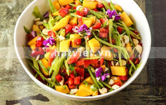Salad xoài với nước sốt hạt điều và gừng cay